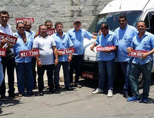Prefeitura entrega placas vermelhas a Cooperativa de motoristas